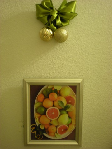 citrus picture, gold ornaments, green bow