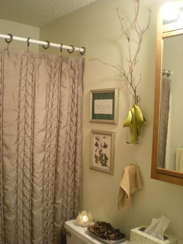 bathroom with nature-inspired decor